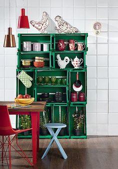 Sem grana para os armários da cozinha? Caixotes podem formar uma estante. Para garantir a estabilidade, eles devem ser parafusados uns nos outros e, depois, chumbados na parede. Complete com uma tinta de cor forte. Produção de Camile Comandini