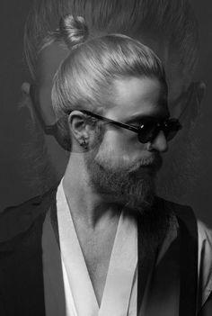 Este es extremadamente moderno pero apuesto: | 29 Hombres que son la prueba definitiva de que barba   moñito en el pelo = amor