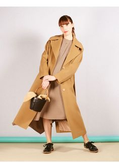 Minimalism has an unending appeal—and the same is true of minimalist fashion. But figuring out how to construct the perfect minimalist wardrobe can be a challenge. Here, 47 minimalist outfit ideas you can wear during any time of year. Minimalist Wardrobe, Minimalist Fashion, Minimalist Outfits, Warm Outfits, Fall Winter Outfits, Warm Sweaters, Cashmere Sweaters, Style Pantry, Fall Capsule Wardrobe