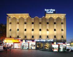 Kardes Hotel, www.hotelkardes.upps.org, Seit 1966 arbeitet Kardes Hotel Bursa ständig mit einer erneuten Mentalität für unsere Gäste, um alle ihre Bedürfnisse zu erfüllen. Wir bieten qualitativ hochwertige und friedliche Zeit. Mit dem Prinzip der Kundenzufriedenheit wurde unser Hotel im Jahr 2011 renoviert. Wir stehen Ihnen mit 48 Zimmern und einem Restaurant zur Verfügung. Unser renovierter Tagungsraum bietet 50 Sitzgelegenheiten.