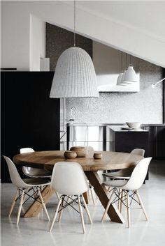 I love the warmth of this round dining table with creamy white Eames chairs and the oversized woven pendant light. Contemporary Kitchen Design, Contemporary Dining Chairs, Elle Decor, Grey Desk Chair, Round Dining Table Modern, Dinning Table, Dining Rooms, Dining Area, Eames Chairs
