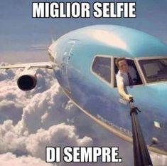 Foto Divertente: Selfie fatto dal finestrino dell'aereo Live Wallpaper Iphone, Live Wallpapers, Italian Memes, Aviation Humor, Dont Forget To Smile, Bellisima, Funny Memes, Lol, Entertaining