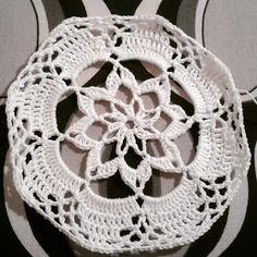 Neanomat: Pitsipallon ohje Crochet Christmas Decorations, Christmas Baubles, Christmas Gifts, Lace Patterns, Knitting Patterns, Crochet Patterns, Lampe Crochet, Knit Crochet, Xmas Crafts