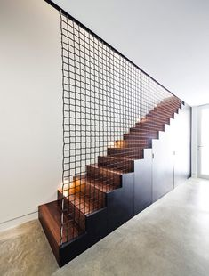 Like the staircase itself, its fence has a very important visual role in the space. Sometimes the stair railing is more impressive than the stairs itself. Stair Handrail, Banisters, Railings, Handrail Ideas, Wood Stairs, House Stairs, Black Stairs, Patio Stairs, Interior Stairs