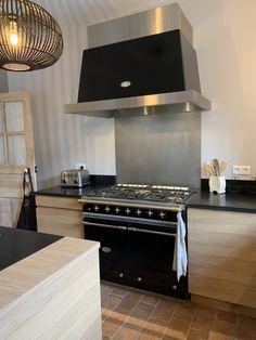 Cuisine Ateliers POivre d'Ane en chêne, sur mesure, contemporaine. Piano Lacanche Bespoke oak kitchen Flat Screen, Flatscreen Tv