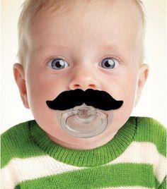 A la recherche de cadeaux originaux pour bébé ? On a trouvé ce qu'il vous faut ! Voici une tétine moustache qui fera rire tout l'entourage.