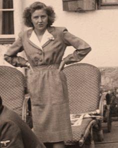 Did Hitler and Eva Braun flee Berlin and die (divorced) of ...