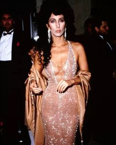 Cher at the Academy Awards 1984 styled by Bob Mackie. 14 years later, reunited with Bob Mackie at the 1998 Academy Awards. 70s Fashion, Runway Fashion, High Fashion, Vintage Fashion, Studio 54 Fashion, Style Fashion, Maria Cher, Party Hard, Do It Yourself Fashion