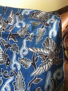 Batik tulis hasil blusukan di Kabupaten Sleman, Yogyakarta. Warnanya menggunakan pewarnaan alam. Saya suka warna biru indigonya bisa jelas sekali birunya. Karena tidak semua pengrajin yg saya temui bisa menggunakan pewarnaan alam sampai sebiru ini, biasanya lebih muda dari ini. Info: WA/SMS/telp 081578365816 Email: hanggie.f@gmail.com