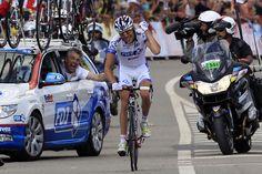 22歳のピノが喜びを噛み締めながらゴールに飛び込む。チームカーから最後まで激を飛ばしつづけたマディオ監督の姿も。