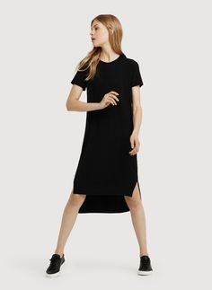 ALL OVER COMFORT. Cut in a looser, Boyfriend Fit silhouette, this easy t-shirt dress in breathable Technical Cashmere™ moves with you from AM to PM. With side silts that accommodate your power stride, this tailored t-shirt dress was made for long summer days.
