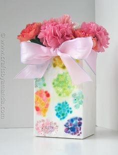 mosaic DIY vase -- Use food colors to paint pieces of egg shell. (Use vinegar and water to wash them first!) Decoupage on vase to make fun mosaic patterns! Mosaic Vase, Mosaic Diy, Mosaic Crafts, Mirror Mosaic, Mosaic Tiles, Vase Crafts, Decor Crafts, Diy Flowers, Flower Vases