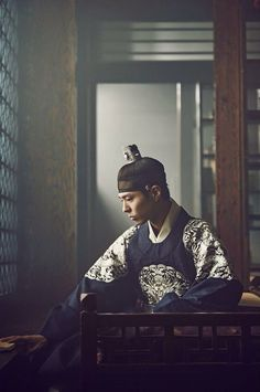 Park Bo Gum Moonlight Drawn by Clouds He's sooo charming in this role. Korean Traditional, Traditional Outfits, Asian Actors, Korean Actors, Park Bo Gum Moonlight, Love In The Moonlight Kdrama, My Shy Boss, Park Bogum, Prince Héritier
