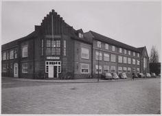 Hoofdingang en gebouwen van NV Bronswerk aan de Eemstraat 91a, hoek Nijverheidsweg. Boven de ingang is de oude naam nog te lezen: Huygen & Wessel.