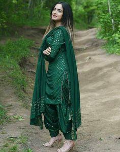 Party Wear Indian Dresses, Pakistani Dresses Casual, Dress Indian Style, Indian Fashion Dresses, Pakistani Dress Design, Indian Designer Outfits, Indian Outfits, Fashion Outfits, Punjabi Fashion