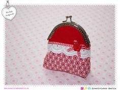Süße Geldbörse mit Clipverschluss aus feinen Baumwollstoffen genäht und liebevoll verziert. Der Innenstoff ist rosa-rot gepunktet.    Jedes Produkt...