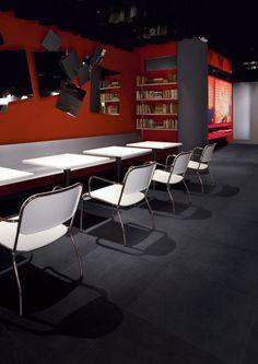 Antraciete tegels uit de serie Arquinia. Voor een woonkamer, badkamer of commerciële ruimte.