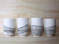 Ensemble de quatre noirs et blancs bordés de gobelets. Tasses de jus. Minime. Tribal. Conception graphique. Gobelets en porcelaine moderne. FABRIQUÉ SUR COMMANDE