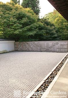 Gravel patterns in the Japanese zen garden of the Ryugin-an (龍吟庵), sub temple of Tofuku-ji. | Real Japanese Gardens | More on gravel patterns: http://www.japanesegardens.jp/explanations/000106.php