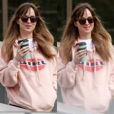 "202 Me gusta, 1 comentarios - Dakota Johnson Info  (@dakotajohnsoninfo) en Instagram: ""NEW | Dakota leaving a studio yesterday, March 7th in Burnaby, Canada ☕ She has returned to Canada…"""