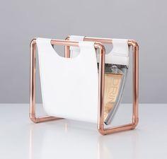 Industrial Design, klare Linien und schlichte Eleganz machen den Magazinständer aus der SKÍNA Kupferkollektion zu einem Wohnaccessoire das sich jeder Umgebung anpasst. Der Einhänger aus stabiler, weißer PVC-Plane stellt den optimalen Kontrast zu den auffälligen Kupferrohren her und sorgt so für ein ausgewogenes Gesamtbild. Mit seiner Gesamthöhe von ca. 35 cm und einer Breite von ca. 39 cm bietet MR 1 ausreichend Platz für ein umfangreiches Repertoire an Zeitschriften und Magazinen.  Als…