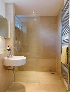 Das Badezimmer in Sandfarbe wirkt optisch größer
