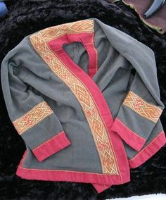 Wrap coat by Aasa from Sippe der Nordländer. Snartemo V tablet-weaving.