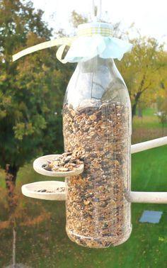 Tolles Vogelfutterhaus aus einer PET Flasche zum Selbermachen. Löcher bohren, Holzkochlöffel hinzufügen und fertig ist die DIY Vogelfutterstation. Noch mehr Ideen gibt es auf www.Spaaz.de