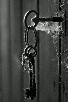 black and white vintage keys Black N White, Black White Photos, Black And White Photography, Color Black, Under Lock And Key, Key Lock, Antique Keys, Vintage Keys, Vintage Props