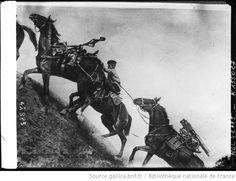Mitrailleuses russes dans les Carpates [chevaux montant une pente avec mitrailleuses sur le dos].