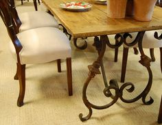 Mesa com tampo de madeira e base de ferro