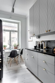 A Guide to Efficient Small Kitchen Design for Apartment Having limited space in an apartment doesn't mean you don't deserve a nice kitchen. See what a small kitchen design is all about. Kitchen Interior, New Kitchen, Kitchen Decor, Kitchen Black, Kitchen Ideas, Kitchen Pantry, Kitchen Designs, Small Kitchen Inspiration, Eclectic Kitchen