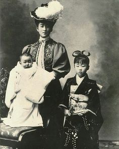 Japanese Imperial family's antique photograph. Nabeshima Itsuko married and became Nashimotonomiya-Itsuko. Nashimotonomiya-Itsuko & her daughters. The dress which she wears was obtained by her husband in France. Samurai, Japanese History, Japanese Culture, Nagoya, Osaka, Vintage Photographs, Vintage Images, Old Pictures, Old Photos