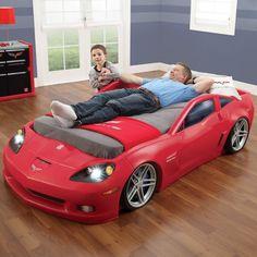 Autobed voor kinderen die fan zijn van sportieve wagens. Brandende koplampen en ingebouwd racetrack onder matras. #Autorace #Kinderkamer #Corvette #Chevrolet