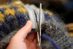 Adding a Zipper to a Hand Knit Pullover Sweater (Beautiful Skills - Crochet Knitting Quilting) - Abbie Wallace - - - Knitting Help, Knitting Stitches, Hand Knitting, Knitting Patterns, Sewing Hacks, Sewing Tutorials, Sewing Crafts, Techniques Couture, Sewing Techniques