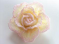 淡いミルキーカラーの薔薇ビーズコサージュです。