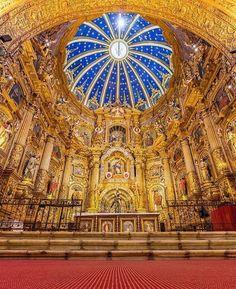 Quito, a capital do Equador, abriga algumas das mais lindas e impressionantes igrejas em todo o mundo. Algumas das mais notáveis é a igreja e monastério do século 16 chamada Igreja e Monastério de São Francisco (Iglesia y Monasterio de San Francisco). Imagens do interior desta belíssima igreja: