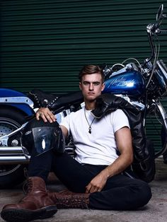 Nice Ride Gentleman Style, Gentleman Fashion, Toys For Boys, Bad Boys, Che Guevara, Chevron, Biker, Fictional Characters, Ea