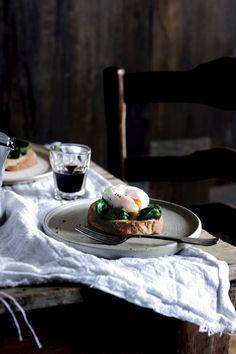 Toast met spinazie en gepocheerd ei   ELLE Eten