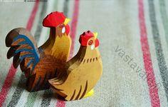 Kohti pääsiäistä - kukko kana koriste koristeet pääsiäiskoriste koriste-esine puuesine puinen materiaali puu maalattu värikäs kaksi perinne perinteinen