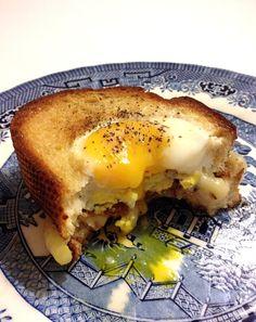 Easy Breakfast Sandwich http://tableandteaspoon.tumblr.com/post/52884297017/egg-in-a-hole-breakfast-sandwich