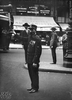 Paris vers 1920. L'agent Leclerc