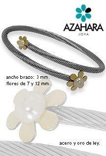 Pulsera de acero y oro de Azahara Joya. Acero quirúrgico libre de alergias, oro amarillo y perla. Pulsera de aro abierta con cuerpo en espiral y dos motivos de flores de margarita en los extremos.