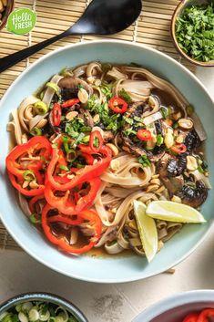 Recept voor Vietnamese Pho met gebakken portobello / noedelsoep / noedels / soep / Aziatisch / sojasaus / makkelijk / veggie / vegetarisch / snel klaar / mealprep / veel groenten #hellofresh #maaltijdbox #recept #recepten #avondmaal #lekker #tasty #best #recipe #noedelsoep #soep #pho #vietnamese #aziatisch #gezond Portobello, Tapas, Vietnamese Pho, Hello Fresh Recipes, Fabulous Foods, Japchae, Veggies, Eat, Kitchens