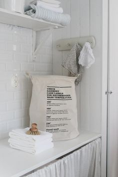 Salle de bain blanche et propre