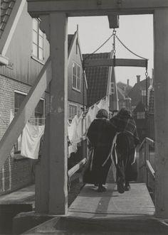 Twee vrouwen in daagse dracht te Volendam. Beiden dragen een wollen omslagdoek. 1951 #NoordHolland #Volendam