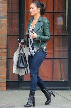 Olivia Munn biker chic in leather jacket, skinny jeans and boots street style Sexy Jeans, Skinny Jeans, Green Leather Jackets, Leather Jacket Outfits, Winter Outfit For Teen Girls, Winter Outfits Men, Olivia Munn, Biker Chic, Jeans And Boots