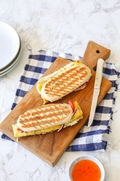 Panini omelet - Lekker als lunch! Paninis, Vegetarian Recipes, Cooking Recipes, Panini Sandwiches, Small Meals, Lunch Snacks, Food Plating, High Tea, Breakfast Recipes