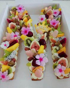 fruit cake letter cake M cake almont tart healthy cake Fruit Biscuits, Alphabet Cake, Cake Lettering, Monogram Cake, Layer Cake Recipes, Biscuit Cake, Number Cakes, New Cake, Fruit Tart