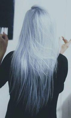 Cette couleur suprenante débute par du blanc pour tendre vers le noir, tout cela en incluant un très joli reflet bleu de haut en bas http://macouleurdecheveux.fr/
